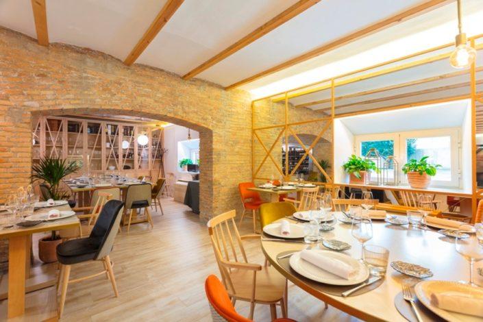 Mesas y zona privada del restaurante María de la O