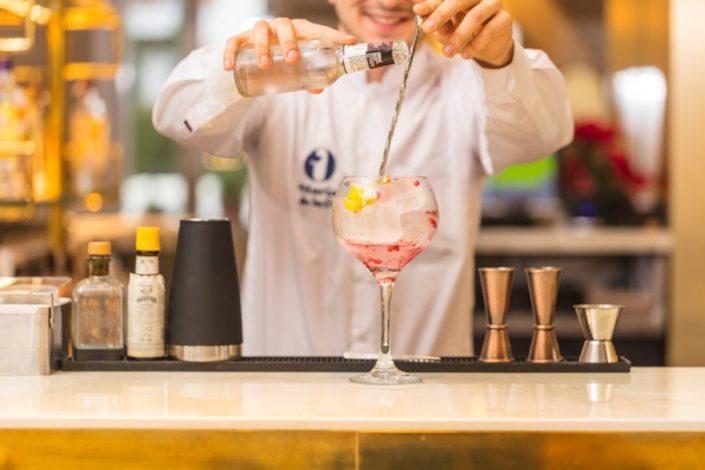 Barman preparando cóctel en Gastrobar