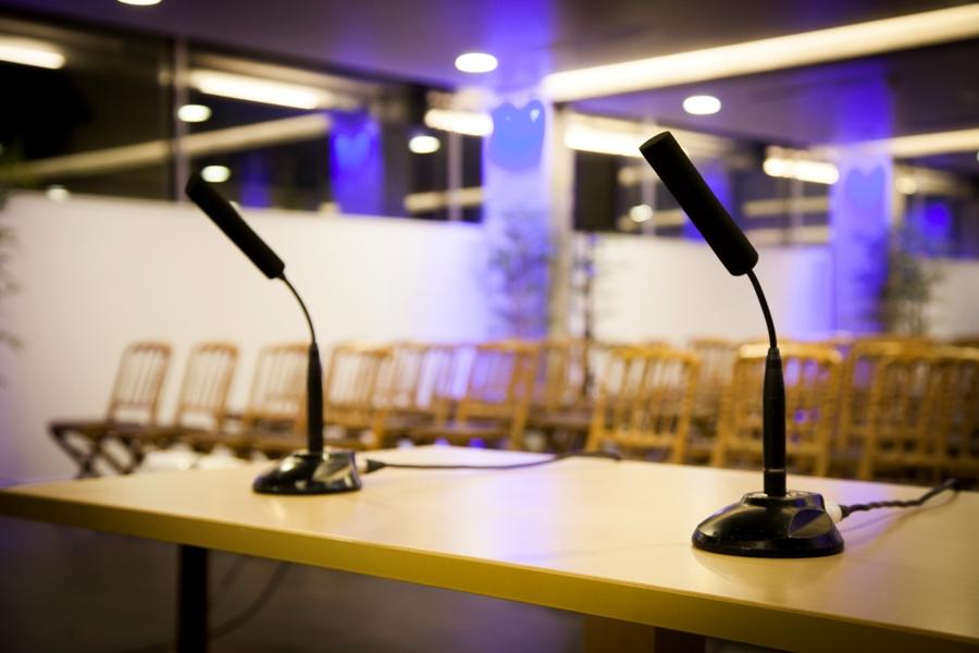 Microfonos preparados para congreso