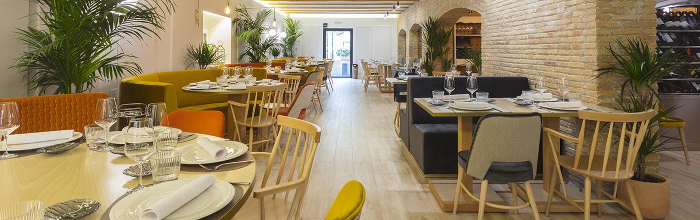 Foto del restaurante, montaje de sillas y mesas