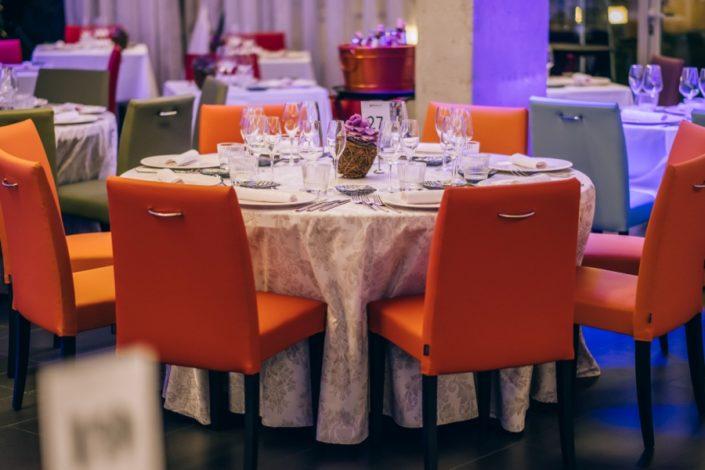 Mesas y sillas preparadas para celebrar el banquete de boda