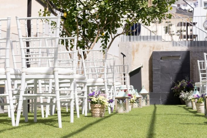 Sillas preparadas para celebración de boda