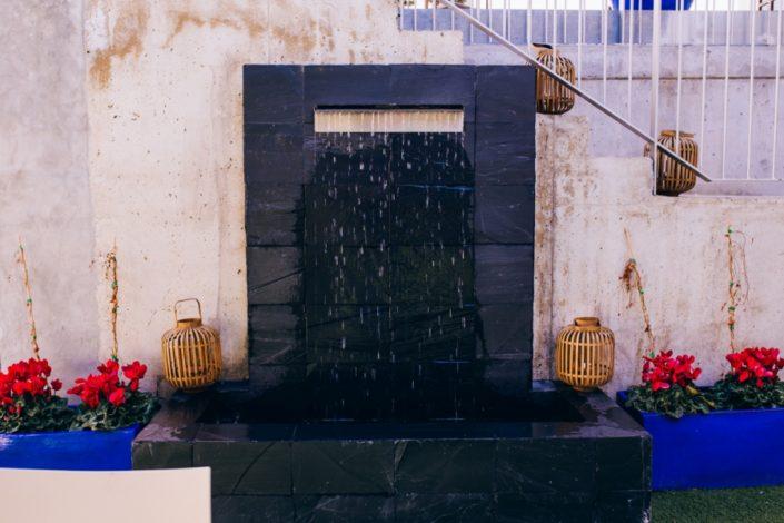 Fuente detrás del altar de boda