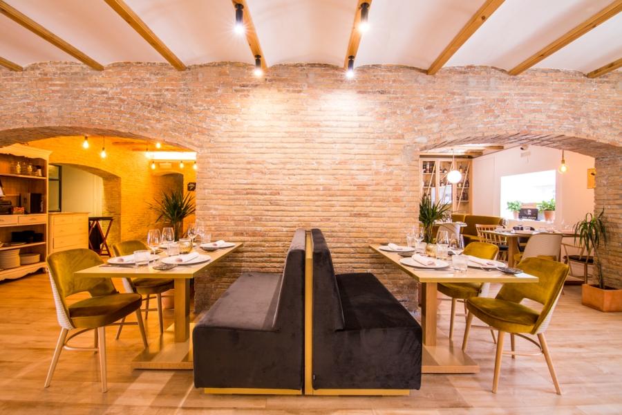 Mesas con sofás y sillas en restaurante María de la O