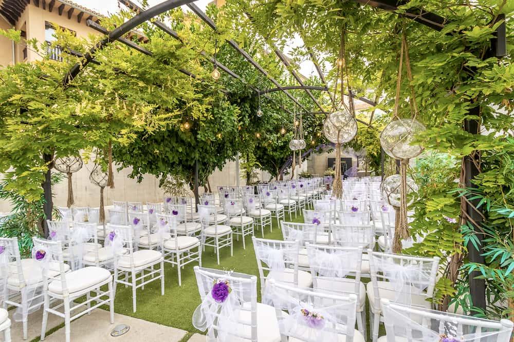 Celebración de boda civil al aire libre en Granada